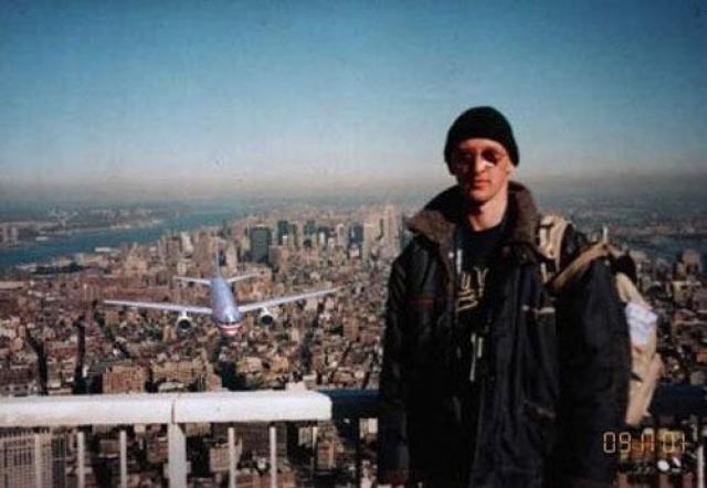 Это один из самых известных коллажей – снимок авторства венгерского туриста Петеру Гузли. 11 сентября 2001 года он стоит на крыше Всемирного торгового центра, в то время как у него за спиной к небоскребу подлетает похищенный террористами самолет. Вскоре обман был раскрыт - на самом деле фотография была сделана в 1997 году.