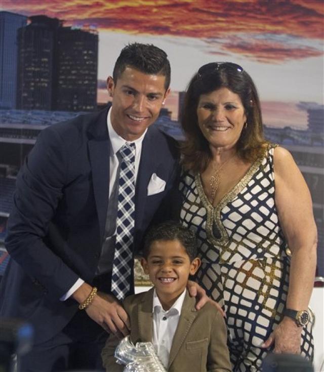 Португальская газета Correio do Manha предположила, что причиной размолвок в паре является отказ Шейк присутствовать на 60-летии потенциальной свекрови, матери футболиста Долорес Авейру.