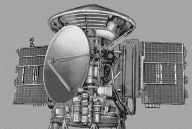 Во время подготовки запуска одной из советских автоматических станций на Марс возникли проблемы со слишком тяжелой исследовательской аппаратуры. Королев решил проверить прибор, который должен был сообщить по радио о наличии или отсутствии органической жизни на планете.