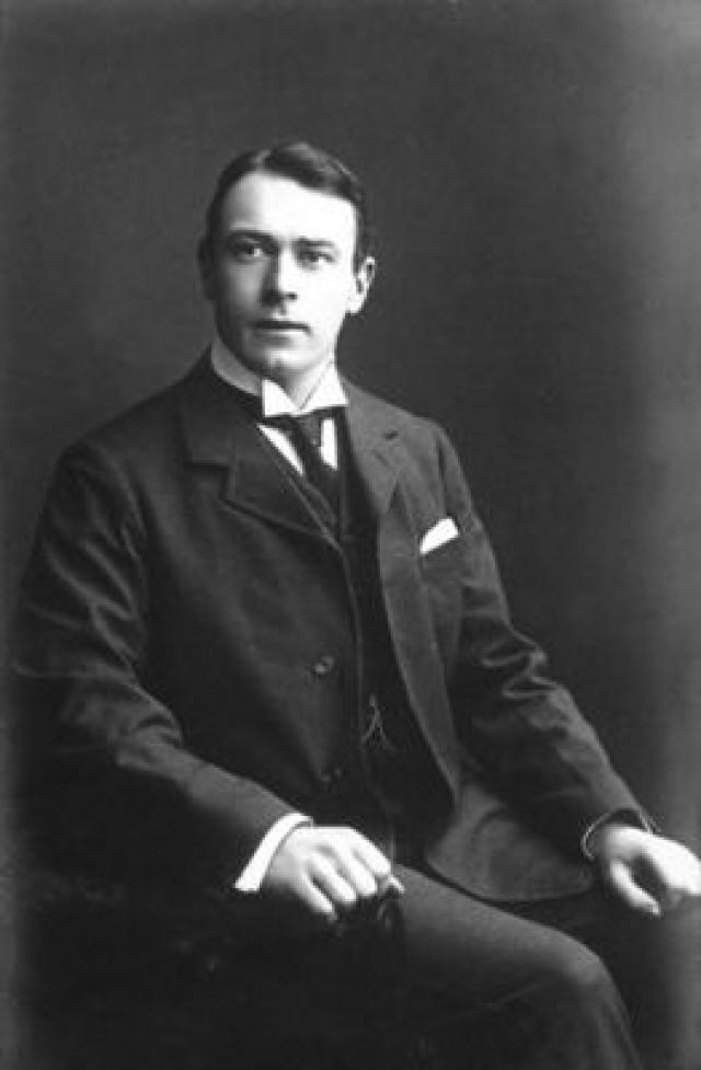 """Томас Эндрюс - пассажир первого класса, ирландский бизнесмен и судостроитель. Эндрюс был конструктором """"Титаника"""". Во время эвакуации Томас помогал пассажирам усаживаться в шлюпки, а последний раз его видели в курильной комнате первого класса возле камина, где он смотрел на картину """"Порт Плимут"""". Его тело после крушения так и не было найдено."""