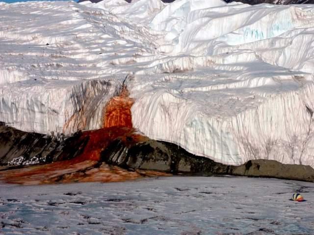 """Кровавые водопады, Антарктида. Он не замерзает даже при –10 °C, хотя ледник с жидкой проточной водой считается одним из самых холодных на планете. Ученые Гарварда доказали, что """"кровавое"""" озеро населяют особые микробы, которые и вызывают характерный цвет воды."""