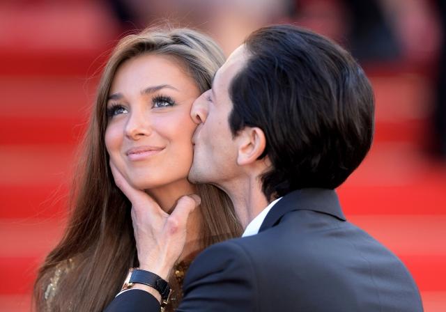 Во время мероприятий, на которых пара появляется вместе, Эдриен ни на шаг не отходит от своей возлюбленной, осыпает ее поцелуями и не сводит с длинноволосой красавицы глаз. Лариса предпочитает особо не светиться, скромно следуя за спиной своего знаменитого возлюбленного.
