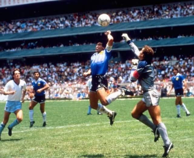 """Диего Марадона. Чемпионат мира 1986 года в Мексике стал звездным для легендарного аргентинца. Марадона забил два супергола в четвертьфинале с Англией (2:1) - после шикарного сольного прохода (""""гол столетия"""") и рукой, что не заметил судья. Позже Марадона признался, что сыграл рукой, но заявил, что """"это была рука Бога""""."""