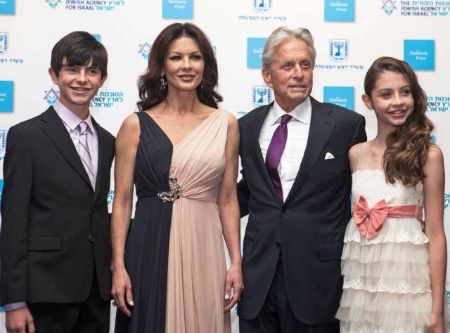 Они занимаются воспитанием сына Дилана и дочери Кэрис.