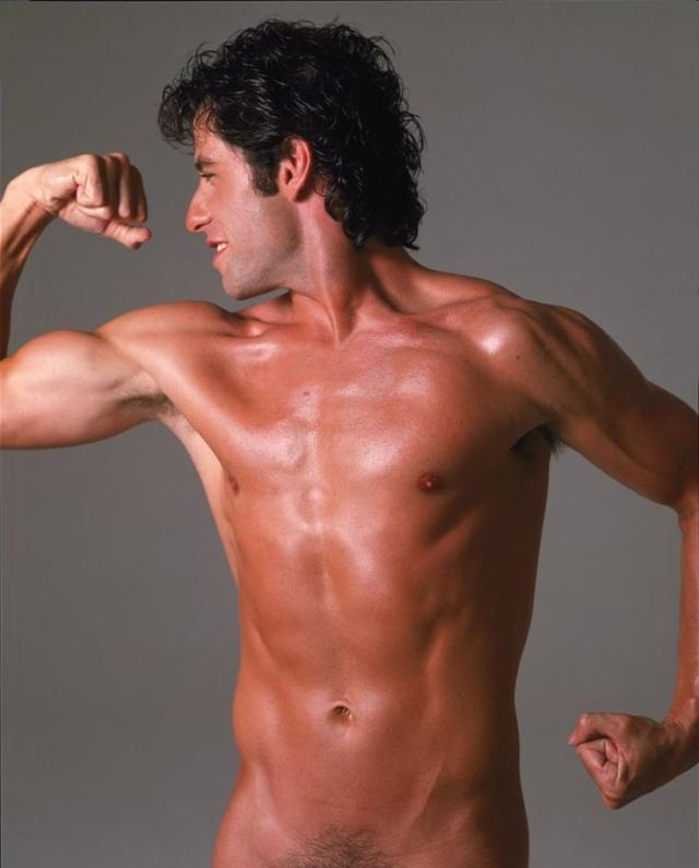 Актер поиграл мускулами, а фотограф сохранил на снимках некую интригу. Траволта появлялся на обложке журнала еще несколько раз.