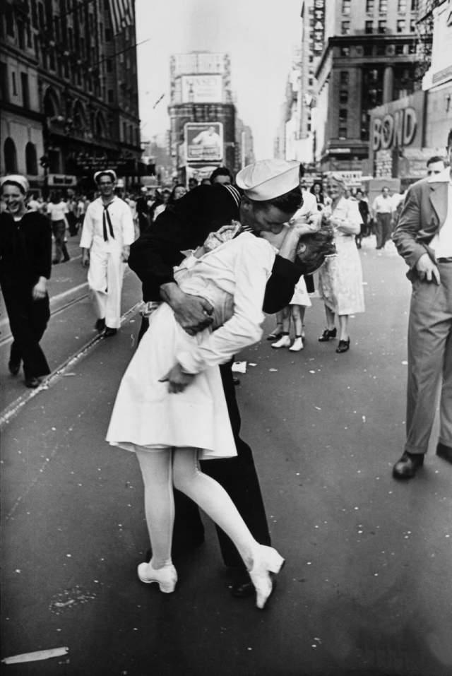 Поцелуй на Таймс-сквер. Снимок сделал Альфред Эйзенштадт на праздновании окончания Второй мировой войны.