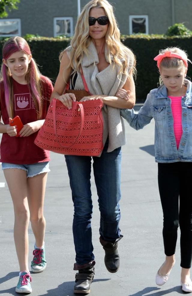 Как известно, Шину запрещено даже приближаться к их двум дочерям Сэм и Лоле.