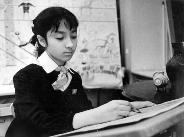 Надя Рушева Гениальность нередко сопровождается и болезнями, о которых до поры до времени может быть ничего неизвестно. Надя в 5 лет начала рисовать: девочка иллюстрировала сказки для детей, а затем и классику. В возрасте 12 лет открылась ее первая выставка. Но все оборвалось в один миг: в 17 лет у художницы произошло кровоизлияние в мозг, причиной чего стал врожденный дефект одного из сосудов головного мозга.