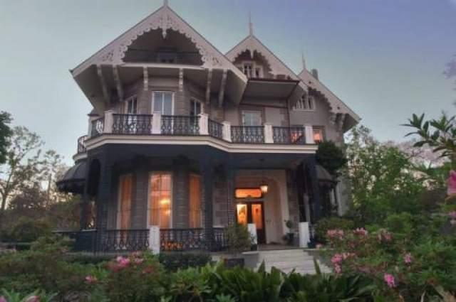 Сандра Буллок Дом стоимостью в $2,250 млн долларов расположен в Новом Орлеане. Площадь роскошного поместья составляет более 6000 квадратных метров.