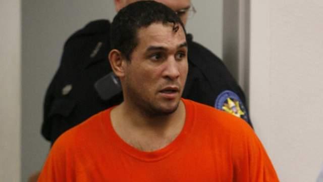 Его обвинили в нападении и нанесении побоев собственному сыну-подростку в своем доме вместе с бывшей женой.