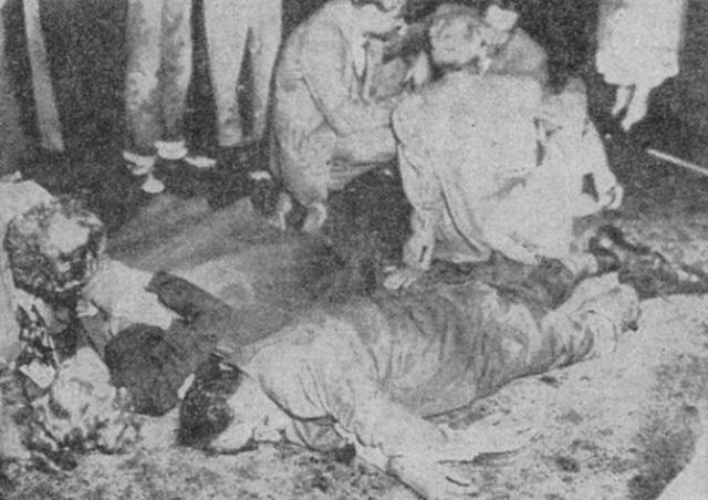 Тело Чарльза Холли было одето в желтый жакет, из материала, похожего на кожу, четыре шва на спине были разорваны почти во всю длину. Череп был расколот в середине лба, трещина шла до макушки. Примерно половина ткани мозга отсутствовала.