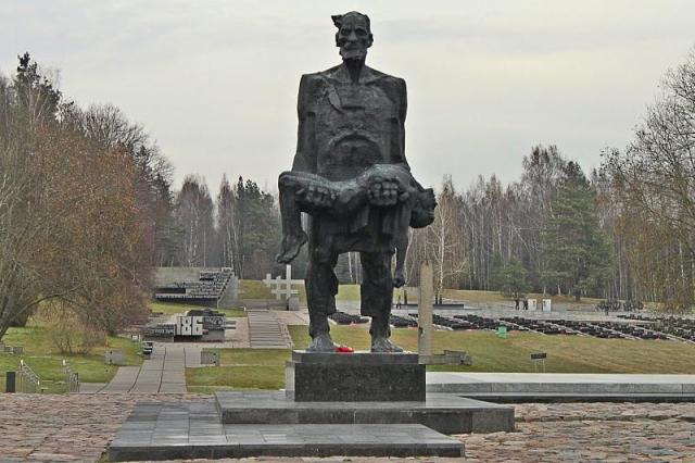 """Мемориальный комплекс """"Хатынь"""" , напоминающий о белорусской трагедии. Деревня Хатынь была полностью выжжена фашистами. Жителей согнали в огромный сарай, а непокорных расстреливали в упор."""