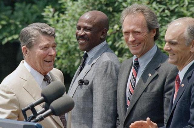 И, оказывается, в 1988 году, когда Джордж Буш-старший баллотировался в президенты США, на роль вице-президента он рассматривал кандидатуру Клинта Иствуда, члена республиканской партии. Однако Клинт предпочёл остаться в Голливуде.