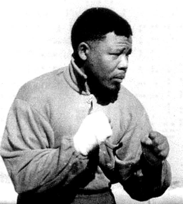 В 1944 году Нельсон Мандела вступил в Молодежную лигу Африканского национального конгресса (АНК). В рядах этой организации Мандела прославился, как один из самых известных активистов в борьбе за права человека. В 1950-е годы он был одним из наиболее активных борцов против апартеида. Неоднократно подвергался арестам.