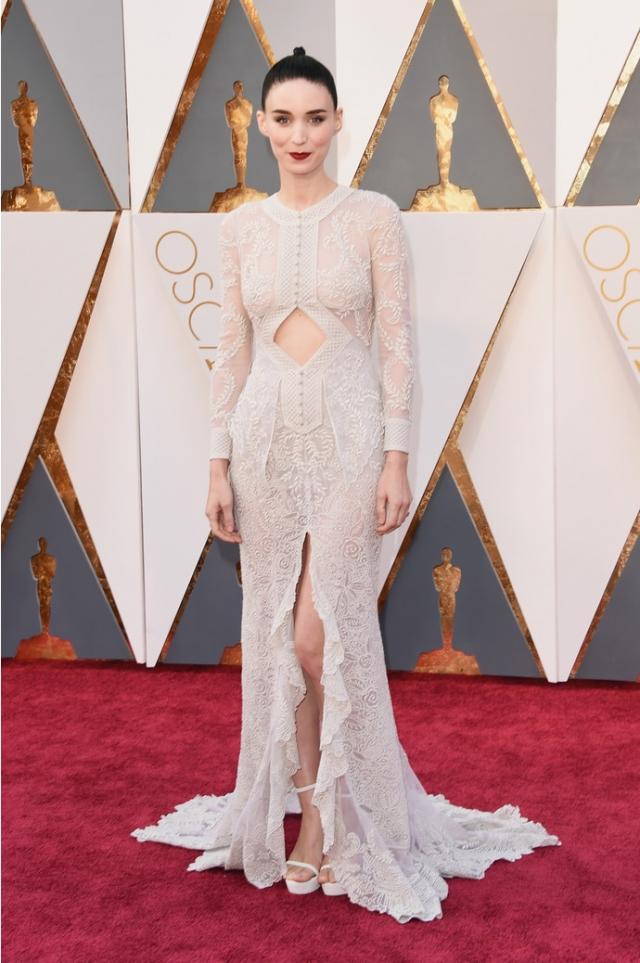 Актриса выбрала полупрозрачный наряд от Givenchy.