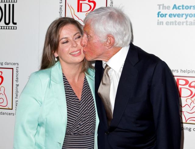 Дик Ван Дайк и Арлин Сильвер (разница - 46 лет). Американский актер познакомился с теперешней супругой-визажистом на церемонии вручения кинопремии SAG Awards.