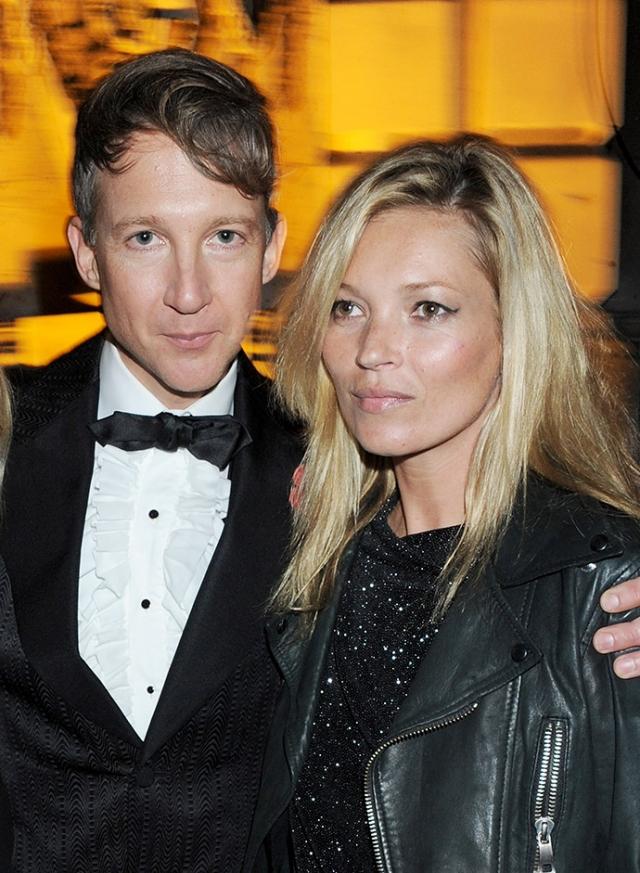 Кейт Мосс и Джейми Хинч. В 2001 году модель познакомилась с издателем журнала Dazed & Confused Джефферсоном Хэком, от которого в 2002 году родила дочь Лилу Грейс, но ему не суждено было стать законным супругом Кейт.