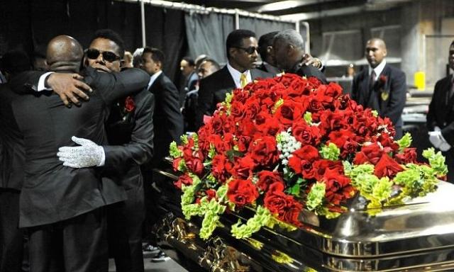 После того как король поп-музыки был захоронен в огромной часовне, приглашенные отправились на поминальный ужин в итальянский ресторан.