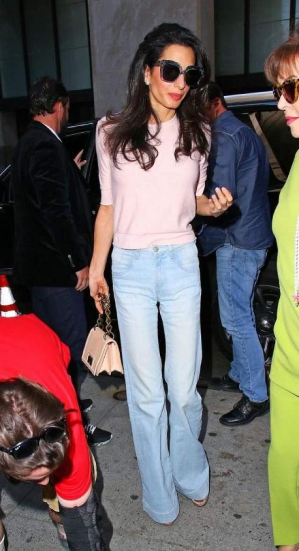 Адвокат по международному праву и супруга голливудского сердцееда Джорджа Клуни Амаль Клуни (41) шокирует своей худобой, которую еще больше подчеркивает ее одежда.