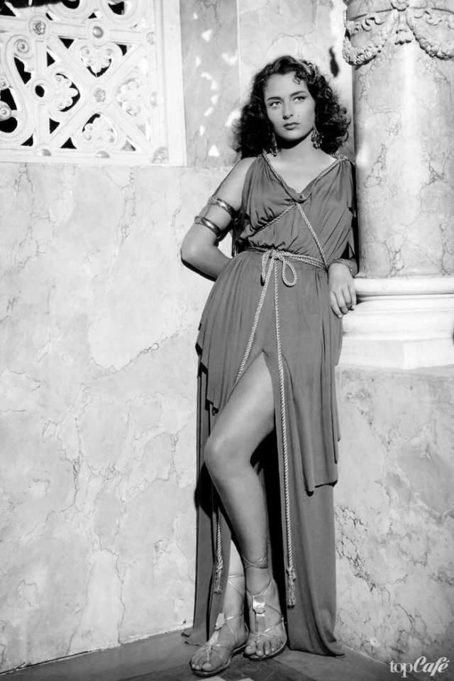 В первом же фильме, в котором снялась Марина, ее партнершей была уже успешная к тому времени Анна Маньяни. Он вышел на экраны в 1941 году и сразу сделал молодую актрису известной на всю страну. За ее спиной более 100 ролей в фильмах талантливейших мировых режиссеров, а последний раз фильм с ее участием вышел в 2002 году. В 1972 году по инициативе Итальянской ассоциации кинокритиков получила серебряную ленту за лучшую роль второго плана.