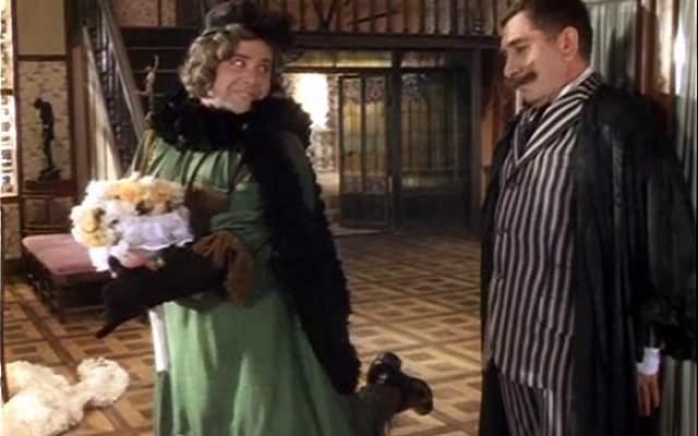Позднее Калягин признавался, что ему стало жаль женщин, когда он понял, что им приходится чувствовать во всех этих чулках, корсетах, шляпах, юбках, да еще и с косметикой на лице.