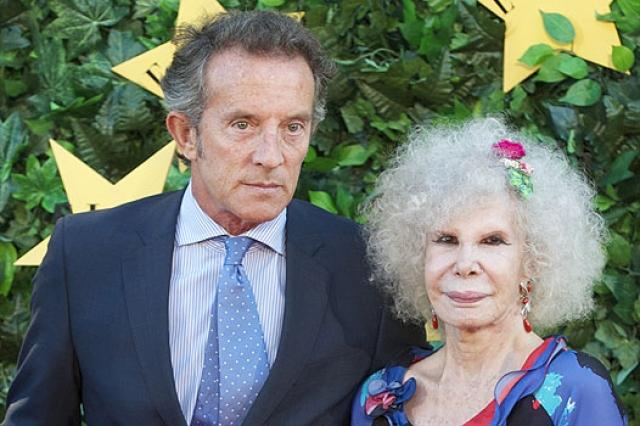 Невзирая на 85-летний возраст, в 2011 году она отправилась под венец с государственным чиновником Альфонсо Диесом, который младше нее на 24 года. Именно из-за любви и проявился фетиш герцогини – страсть к пластическим операциям, сделавшим её практически неузнаваемой.