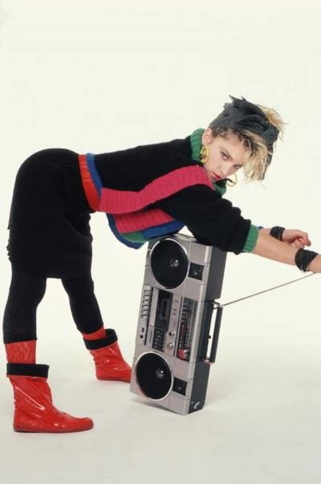 Сегодня знаменитость по всему миру преследуют папарацци, пытаясь понять, насколько хорошо певице удалось сохраниться в свои годы. В Сети в открытом доступе можно найти тысячи снимков Мадонны, звезда регулярно появляется на страницах глянцевых изданий и лично публикует свои фото в Инстаграм На фото: Мадонна в съемке Ричарда Кормана, 1983 год