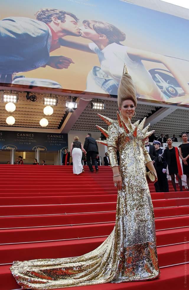 Но в этом году она дополнила ее платьем с шипами, за что светскую львицу в Каннах прозвали ежиком. Сама Ленина сказала журналистам, что она - гостья из будущего с антенной на голове.