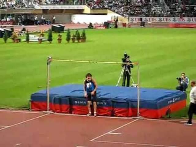 """Пьяный прыжок Ивана Ухова на этапе Супергран-при в Лозанне Иван Ахов считается одним из самых талантливых российских прыгунов. Однако многим запомнился скандалом на этапе """"Супер-Гран-при"""" в Лозанне в 2008 году. Тогда он расстался со своей девушкой и напился с горя прямо во время соревнований. К сектору прыжков в высоту он пришел пьяным и провалил все свои попытки."""