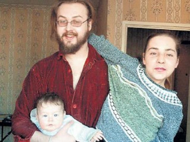 Там Борис устраивал постоянные возлияния, водил пьяные компании, а когда в квартиру пришла мать и стала возмущаться, Борис набросился на нее с ножом.