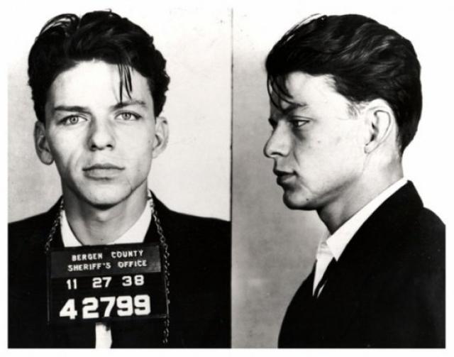 2. У Фрэнка была шальная молодость — уже в 22 года его его впервые арестовали В 1938 году Синатру уличили в связи с замужней женщиной, а в Америке 30-х это считалось уголовным преступлением. Он как раз начал выступать, как внезапно все повисло на волоске. История умалчивает, как именно Синатре удалось избежать уголовного наказания — в разных источниках были названы и лояльность правоохранителей, и причастность к делу итальянской мафии.