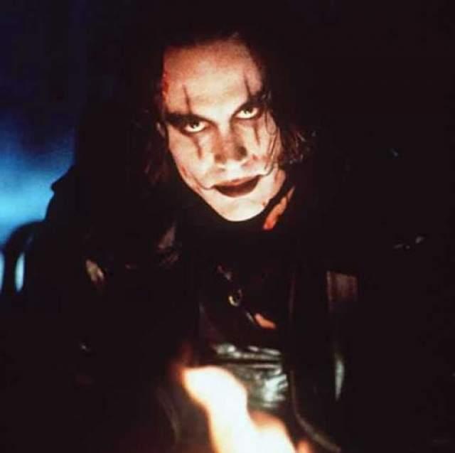 В сцене, в которой Ли снимался в момент смерти, также умирал его герой Эрик Дрейвен.