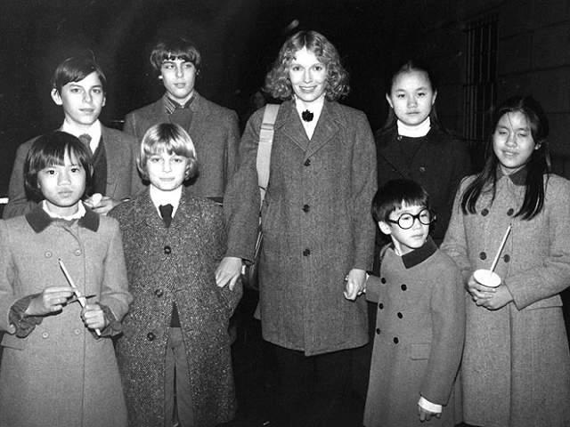 Вуди Аллен (83) и Сун-И Превин (48). Девушка была в свое время падчерицей режиссера - точнее, приемной дочерью его бывшей жены Мии Фэрроу. Мужчина воспитывал ее почти 12 лет, а потом понял, что любит Сун-И как женщину.