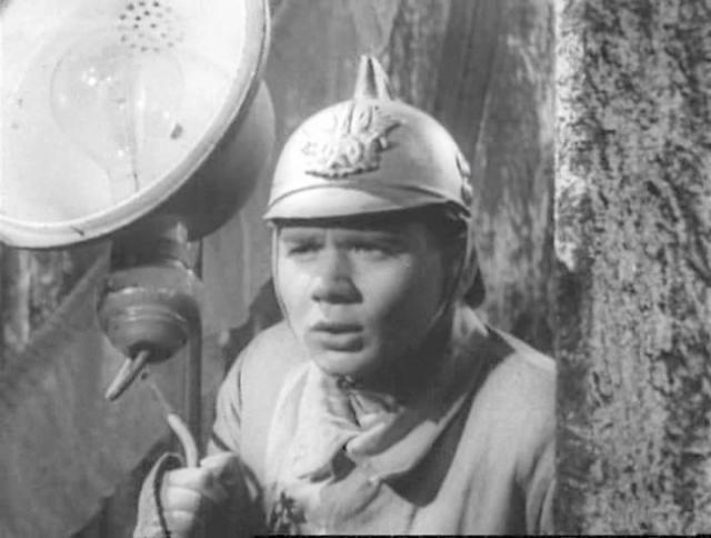 """В 1954 году Леонов снялся в своей первой (не считая массовок) эпизодической роли в картине Владимира Немоляева """"Морской охотник"""". Актер долго играл в театрах, прежде чем его настигла настоящая киношная слава."""