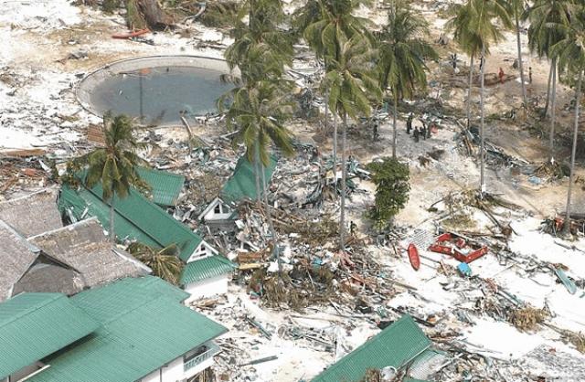 Корпуса капитальных отелей натиск выдерживали, но окна мгновенно вылетали, и людям ниже 15-метровой отметки спасения не было.