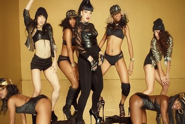 В ответ на критику Аллен объяснила, что клип – лишь пародия на некоторые современные видео, где певицы превращают себя в сексуальные объекты.