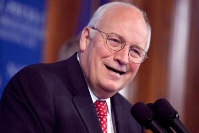 """Дик Чейни Чейни дважды вылетал из Йельского университета. Джордж Буш однажды пошутил: """"Так что теперь мы знаем: если ты закончишь Йель, то станешь президентом. А если вылетишь - то вице-президентом""""."""