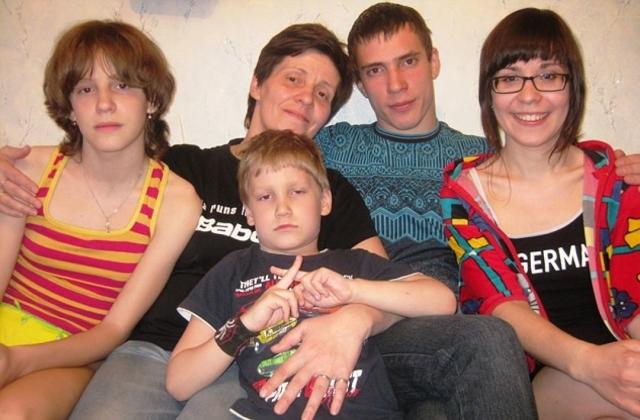 С большим спортом Оксана Комиссарова рассталась, но не с плаванием. Сейчас живет в Волжском и обучает плаванию детей в кадетской школе. А еще воспитывает пятерых детей.