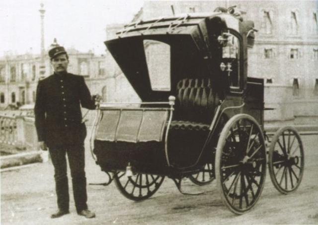 Одним из таких энтузиастов был инженер Ипполит Романов, который к 1899 году создал несколько моделей электрических кэбов.