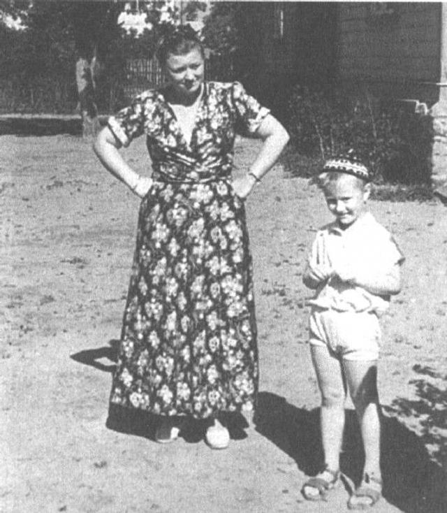 Андрей Миронов родился практически в театре. До последнего дня своей беременности Миронова выходила на сцену, и предродовые схватки начались у нее именно во время одного из таких представлений.