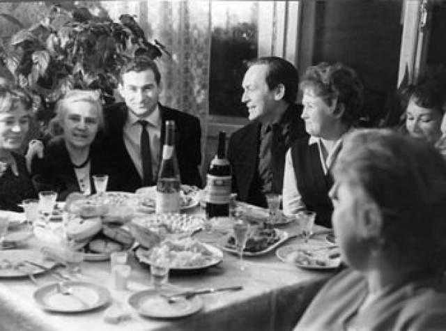 Роман Абрамович, 52 года. Отец нынешнего олигарха, Аркадий Нахимович (третий слева на фото) в 1960-е годы работал в Сыктывкаре, а мать Ирина Васильевна была дипломированным музыкантом.