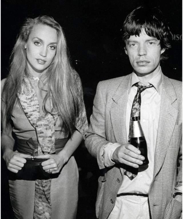 Мик Джаггер, 74 года. У вокалиста Rolling Stones был роман с Дэвидом Боуи, затем с моделью Playboy Биби Бьюэлл, а после он почти два десятка лет жил в гражданском браке с моделью Джерри Холл.