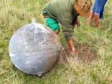 СМИ: по всему миру с неба падают гигантские металлические шары