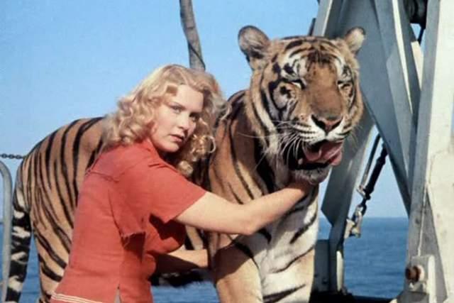 """Маргарита Назарова. Звезда фильма """"Полосатый рейс"""" стала жертвой собственной профессии - душевное здоровье дрессировщика крупных хищников всегда под угрозой. В один момент тигр в прыжке задел голову Маргариты."""