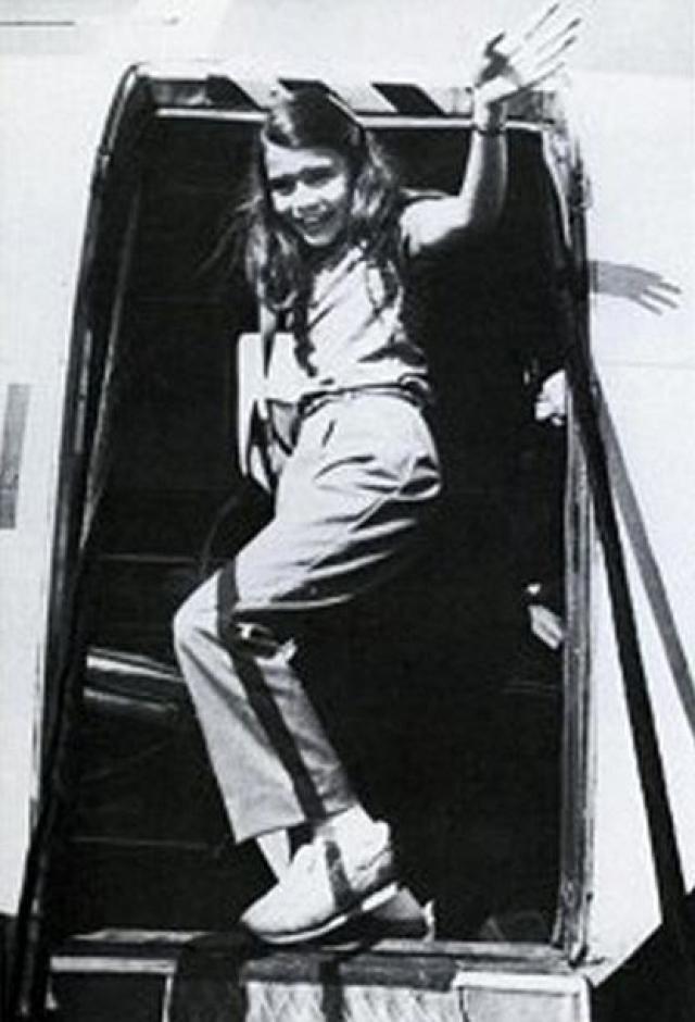Полет проходил в сложных метеоусловиях, и из-за плохой видимости при посадке пилот небольшого двухмоторного самолета Beechcraft 99 промахнулся мимо взлетно-посадочной полосы. Никому из 6 пассажиров и 2 пилотов выжить не удалось. Гибель знаменитой девочки многие в США связывали с деятельностью КГБ, в СССР - наоборот - с ЦРУ.