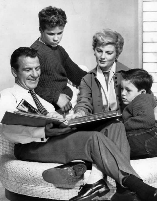 Особенно нервным Спок был со старшим сыном Майклом, который страдал дислексией. По его воспоминаниям, отец пытаясь многократно научить его читать перед школой, так разозлился, что с размаху влепил затрещину.