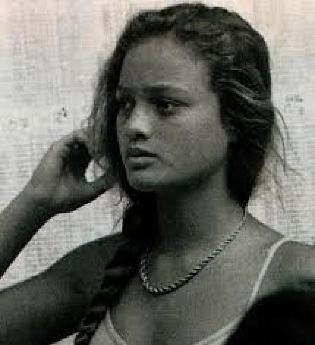 Марлон Брандо. Красавица-дочь знаменитого актера по имени Шеен страдала от наркозависимости, на этой почве попала в автоаварию, в которой пострадало ее лицо.