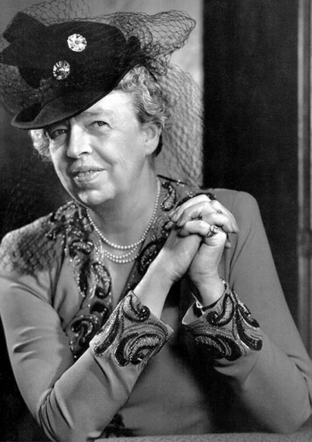 На протяжении всего времени, пока Рузвельт был президентом, Элеонора оставалась его правой рукой: ездила по стране, встречалась с людьми и доносила до мужа реальные настроения избирателей. Она стала единственной первой леди, которая каждую неделю давала собственные пресс-конференции.