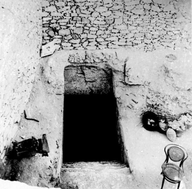 Картер, отчаянно нуждавшийся в прорыве, решил возвратиться к ранее заброшенному месту раскопок, где остался нетронутым лишь один участок, на котором стояло несколько лачуг рабочих. Картер приказал их снести. Под первой же хижиной обнаружился засыпанный ход в подземелье.