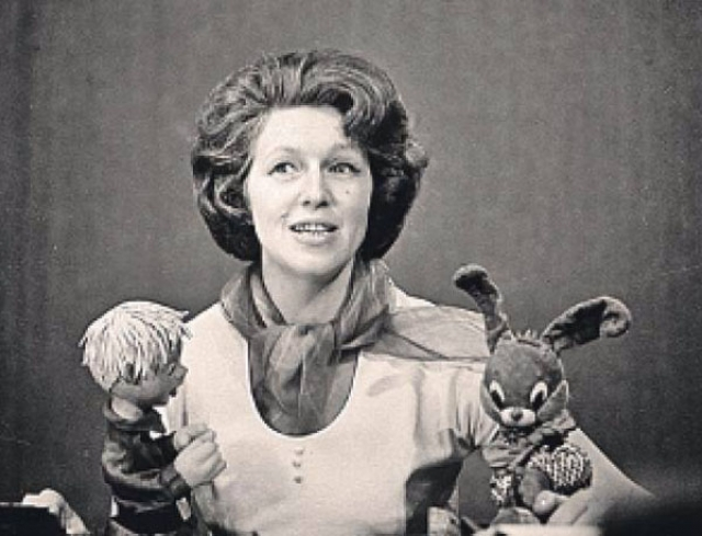 Позже появились куклы, игравшие миниатюры - их изготовили в театре Сергея Образцова. Затем героями программы стали дети, сказки которым рассказывали известные актеры.